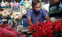 ambiente en el Mercado de Flores en la zona 3, vendedores esperan incrementar sus ventas en esta semana ya que son los d'as de mayor demanda por el d'a de los Santos.  foto Carlos Hern‡ndez 27/10/2020