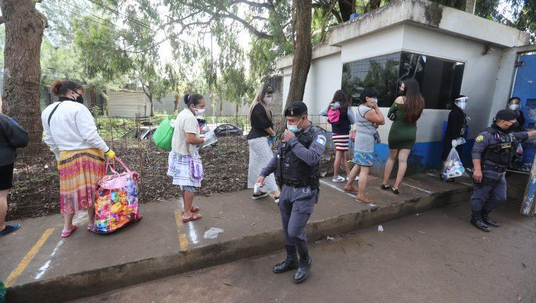 Entrada a la Granja Penal Pavón, donde parientes de reos solicitan información sobre las visitas. (Foto Prensa Libre: Érick Ávila)