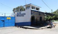 Protesta de guardias del Sistema Penitenciario en el Preventivo de la zona 18, los agentes piden que se les aumente el salario al igual que a la Policía Nacional Civil.   ÓSCAR RIVAS  30 08 2019