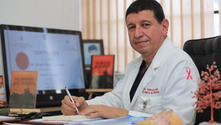 Ralón pertenece a varias entidades médicas nacionales e internacionales. Entre otras, la Asociación Americana de Trauma, y   Sociedad Americana de Cirujanos Mamarios. (Foto Prensa Libre: Juan Diego González)