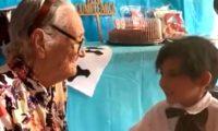 """Niño canta a su bisabuela """"Recuérdame"""", el tema de la película """"Coco"""". (Foto Prensa Libre: Tomada de video)"""