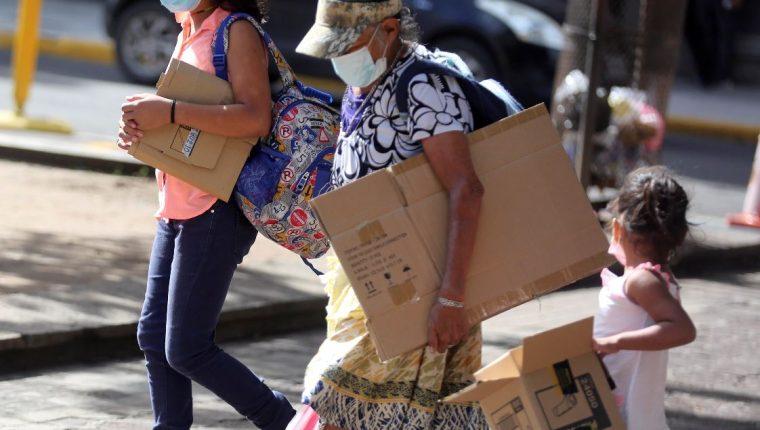 Miles de niños hondureños se han visto obligados a salir a la calle para sobrevivir. (Foto Prensa Libre: EFE)