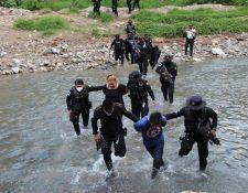 Agentes de la PNC capturaron a supuestos delincuentes, a quienes ubicaron por medio de un dron.  (Foto, Prensa Libre:  PNC).