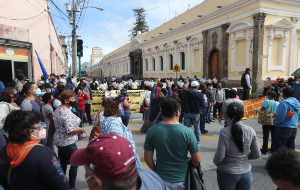 Manifestación frente al Congreso complica el tránsito en la zona 1 de la capital. (Foto Prensa Libre: Érick Ávila)
