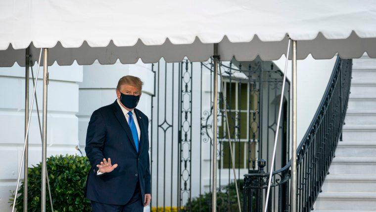 El presidente estadounidense, Donald Trump, captado cuando caminaba para abordar el helicóptero que lo llevaría a un hospital militar este viernes. (Foto Prensa Libre: EFE)