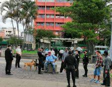 Agentes policiales piden documentos a jóvenes en el Parque Centenario, zona 1, con la sospecha de que son migrantes centroamericanos. (Foto: IGM)