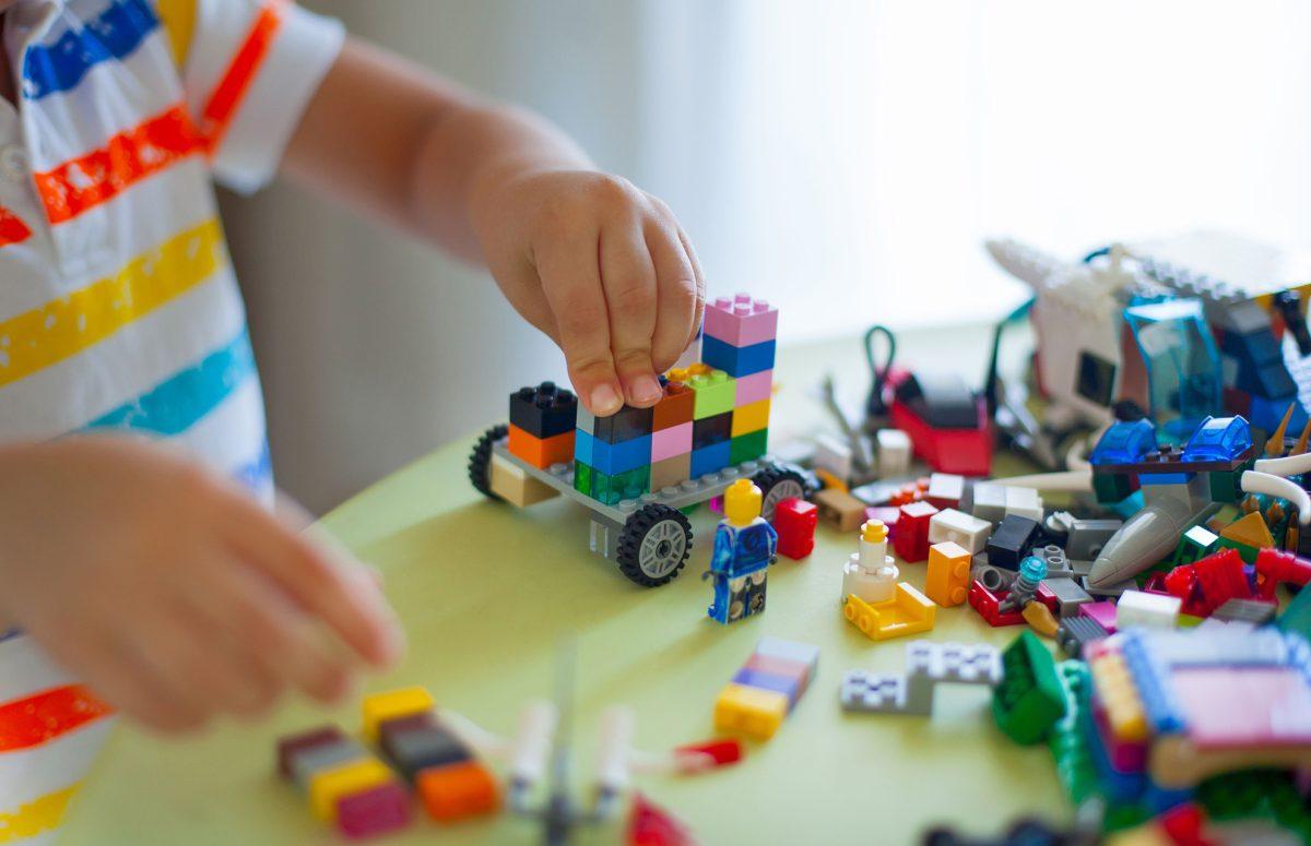Los juguetes Lego cambian bolsas de plástico por las de papel