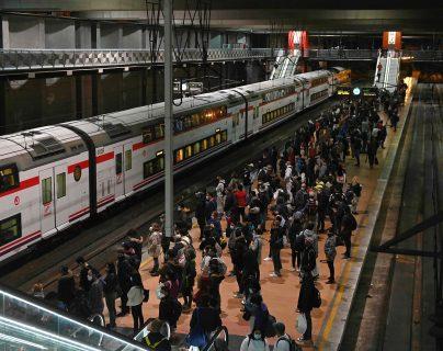 Decenas de personas esperan en un andén en Madrid. (Foto Prensa Libre: EFE)