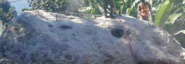 Soldados trabajan para destruir roca de gran tamaño en San Marcos La Laguna. (Foto Prensa Libre: Ejército de Guatemala)