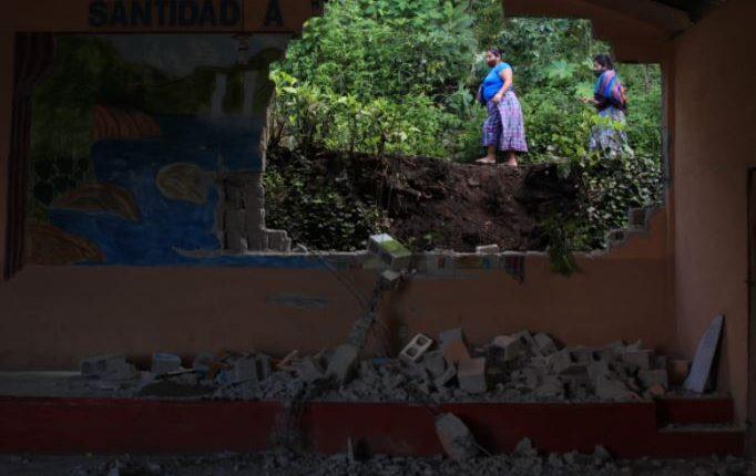 Una roca destruyó la pared de una vivienda en San Marcos La Laguna, Sololá. (Foto Prensa Libre: Carlos Hernández)