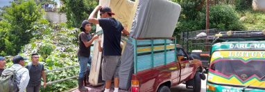 Vecinos del barrio número uno de San Marcos La Laguna, Sololá, evacúan la zona de riesgo. (Foto Prensa Libre: Conred)
