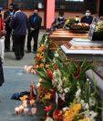 Los cuerpos fueron velados en la escuela oficiales de San Marcos La Laguna, Sololá. (Foto Prensa Libre: Carlos Hernández)