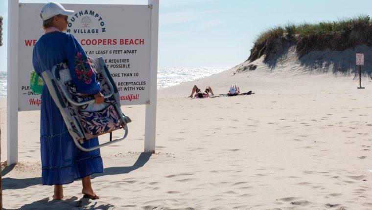 Las sombrillas de playa están en los garajes traseros cuando las temperaturas bajan, pero los neoyorquinos adinerados se quedan en los Hamptons más allá del verano. (Foto Prensa Libre: AFP)