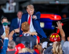 El presidente de Estados Unidos, Donald Trump, busca convencer a los adultos mayores con el ofrecimiento de una vacuna contra el covid-19. (Foto Prensa Libre: EFE)