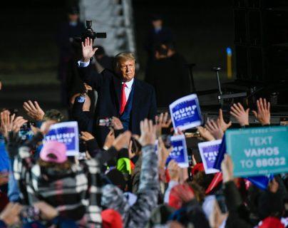 El presidente Donald Trump saluda a seguidores después de hablar en un mítin en Minnesota el 30 de septiembre pasado, una de sus últimas apariciones públicas antes de ser diagnosticado con covid-19. (Foto Prensa Libre EFE)