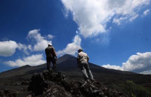 Personas visitan el Volcán de Pacaya. (Foto Prensa Libre: Carlos Hernández)