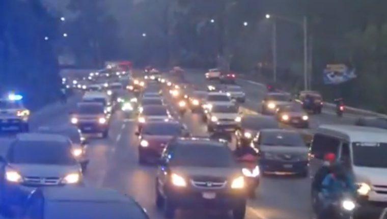 El tránsito desde el km 15 de la ruta al Pacífico hacia la capital es lento por operativos de la PNC luego de un ataque armado que dejó herido a un agente. (Foto Prensa Libre: PMT Villa Nueva)