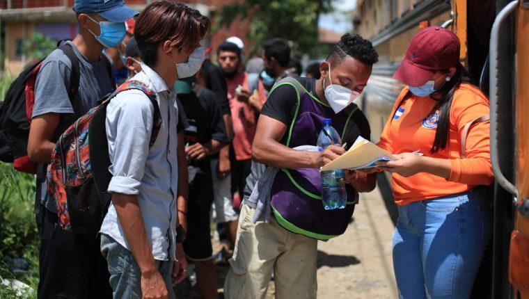 Migrantes hondureños retornan a su país con ayuda de las autoridades. (Foto Prensa Libre: Carlos Hernández)