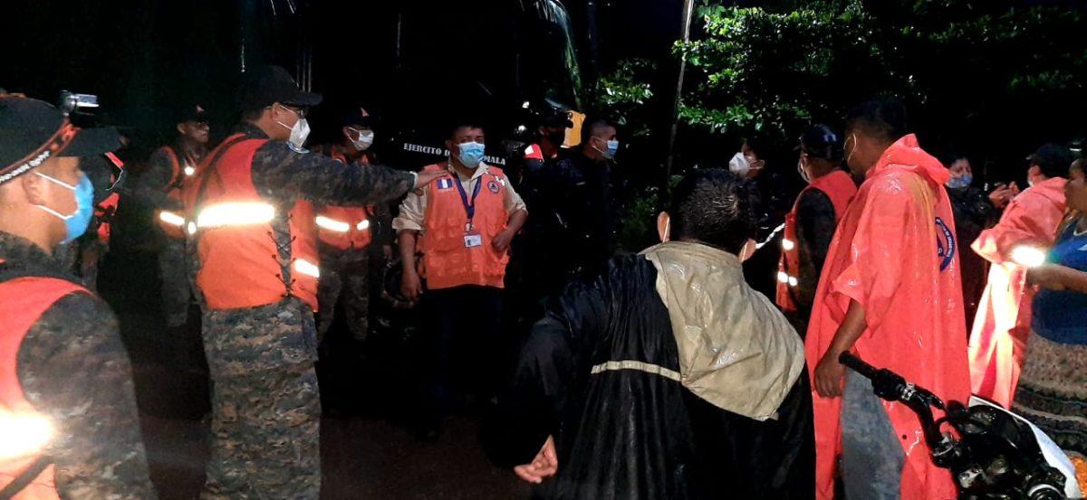 Conred evacúa a 60 personas por desbordamiento del río Sis