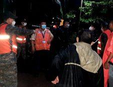Conred y personal del ministerio de la Defensa coordinan las evacuaciones. (Foto Prensa Libre: Cortesía  Conred)