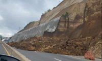 Un nuevo derrumbe se registró este 24 de octubre de 2020 en el kilómetro 61 del libramiento de Chimaltenango. (Foto Prensa Libre: cortesía)