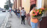 Los visitantes del cementerio general hacen fila para ingresar. Foto Prensa Libre: Érick Ávila.