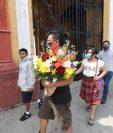 Los visitantes llegan a decorar las tumbas de sus difuntos. Foto Prensa Libre: Érick Ávila.