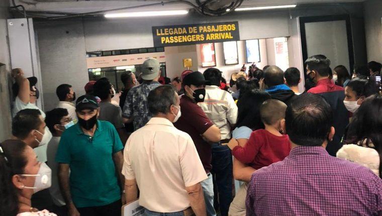 Así estaba la espera de los viajeros en el Aeropuerto La Aurora este 24 de octubre a las 13: 15 horas. (Foto Prensa Libre: cortesía)
