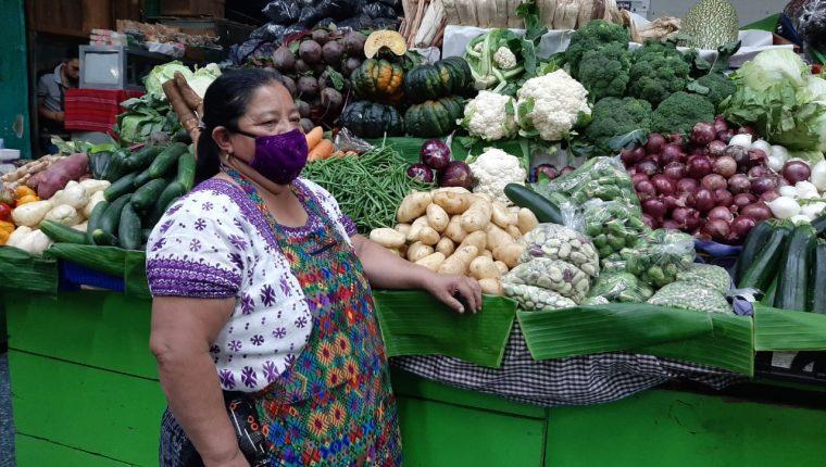 La vendedoras de frutas y verduras mencionan que no han visto a la clientela que todos los años las visitan para esta época. (Foto Prensa Libre: Andrea Domínguez)