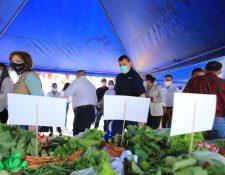 Delegados de los gobiernos de Guatemala, El Salvador y Honduras conocen los resultados alcanzados por algunas de las familias que ya producen sus alimentos. (Foto Prensa Libre: Vicepresidencia)