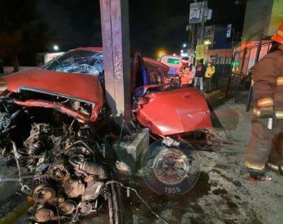 Curiosos señalan que el auto accidentado en la zona 12 era conducido sobre la vía contraría. (Foto Prensa Libre: Bomberos Municipales)