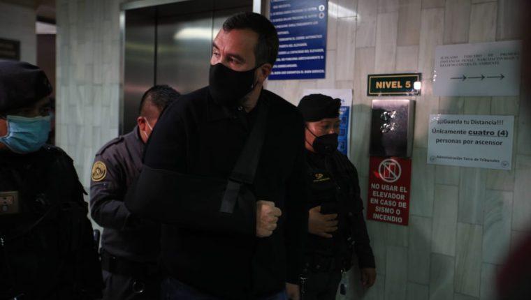Alejandro Sinibaldi, exministro de Comunicaciones, sale del juzgado. (Foto Prensa Libre: Hemeroteca PL)