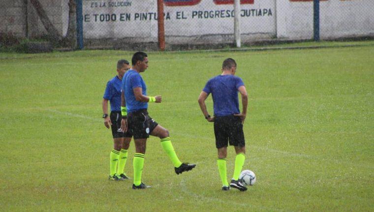 La cuarteta arbitral designada para el juego entre Achuapa y Sacachispas decidió suspender el juego sabatino debido a las condiciones de la cancha tras un par de horas de lluvia. (Foto Prensa Libre: Luis Santiago Martínez)