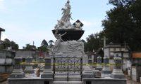La tumba de doña Agripita Sánchez es uno de los lugares que ha sido dañado este año en el Cementerio General. (Foto Prensa Libre: María José Bonilla).