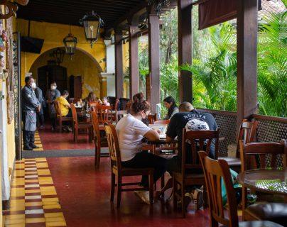 Durante los fines de semana los restaurantes de Antigua Guatemala logran ocupar el aforo establecido tal es el caso del restaurante el Arco ubicado en el arco Santa Catalina.  (Foto Prensa Libre: Cortesía Carmen Soto)