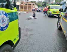 Bomberos Municipales atendieron el llamado de emergencia en donde encontraron a una persona muerta en zona 14, luego de enfrentarse con policías. (Foto Prensa Libre: Bomberos Municipales)