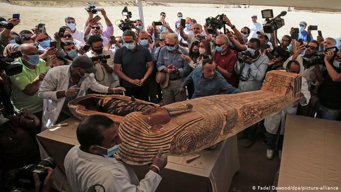 Egipto exhibe 59 sarcófagos enterrados hace más de 2.600 años