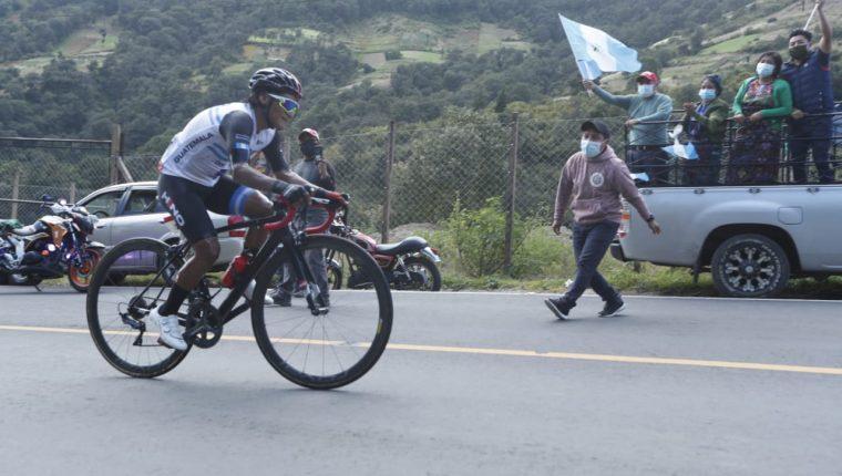 El apoyo para Vásquez en Zunil, Almolonga y Xela fue multitudiario. Las personas lo respaldaron a la orilla de la carretera. Foto Esbin García.