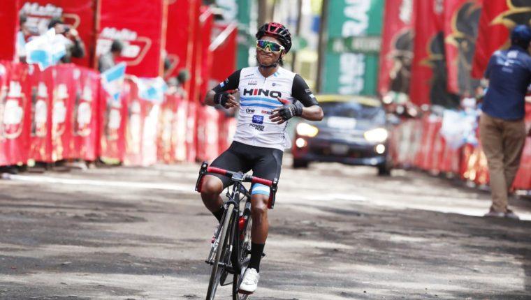Momento en que Mardoqueo Vásquez ingresa en la meta en el cerro El Baúl de Quetzaltenango. Foto Esbin García.