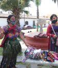 Vendedores ambulantes ofrecen sus productos en las calles de Antigua Guatemala. (Foto Prensa Libre: Érick Ávila)