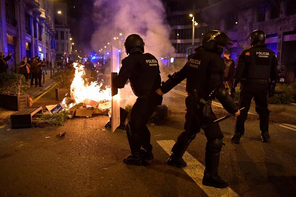 Coronarivus: Protesta por las nuevas medidas contra la pandemia termina con disturbios en Barcelona