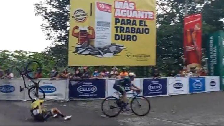 Henry Sam del equipo Decorabaños se cayó pocos metros antes de llegar a la meta en la tercera etapa dela 60 Vuelta Ciclista a Guatemala. (Foto Prensa Libre: captura de pantalla)