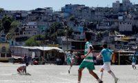ACOMPAÑA CRÓNICA: GUATEMALA FÚTBOL AME6924. CIUDAD DE GUATEMALA (GUATEMALA), 22/03/2020.- Jugadores de los equipos de las colonias Lourdes II (rayas verdes) y el Esfuerzo se enfrentan en un partido de la liga del Campo Maracaná el 15 de marzo de 2020 en Ciudad de Guatemala (Guatemala). Es domingo, día de fútbol en el Campo Maracaná. Día en familia para ver el mejor espectáculo por el que se espera toda la semana en un barrio contiguo al centro histórico de la Ciudad de Guatemala que tiene fama de ser una zona roja. EFE/Esteban Biba
