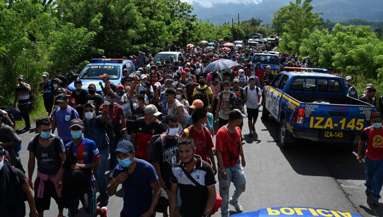 Masiva caravana de migrantes hondureños ingresa a Guatemala en ruta a EE. UU. (Foto Prensa Libre: AFP)