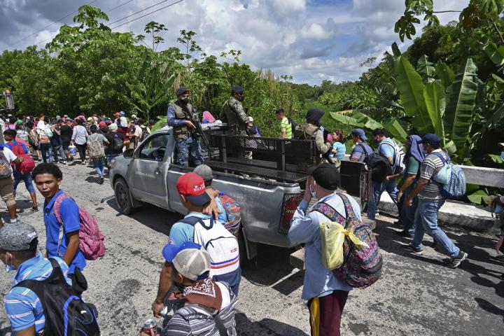 Las caravanas masivas de migrantes en 2018 y 2019 generaron la molestia del presidente estadounidense, Donald Trump, quien presionó a los países del norte centroamericano para firmar acuerdos de asilo que permitieran contener la migración irregular. (Foto Prensa Libre: AFP)