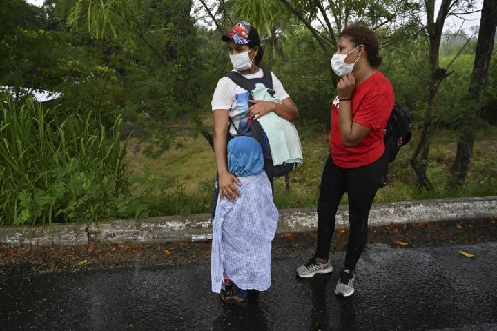 Los migrantes hondureños partieron el miércoles 30 de septiembre por la noche de San Pedro Sula, en el norte de Honduras, en una caravana de más de mil personas que incluye hombres, mujeres y niños. (Foto Prensa Libre: AFP)
