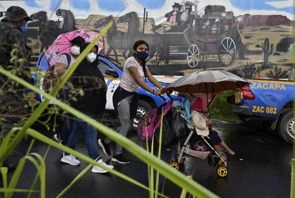 Esta es una de las caravanas más multitudinarias, que salen en búsqueda de mayores oportunidades, huyendo de la violencia y buscando la reunificación familiar. (Foto Prensa Libre: AFP)