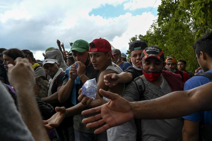 La numerosa caravana superó la capacidad de la Policía Nacional de Guatemala que no pudo evitar que los inmigrantes entraran al país. (Foto Prensa Libre: AFP)