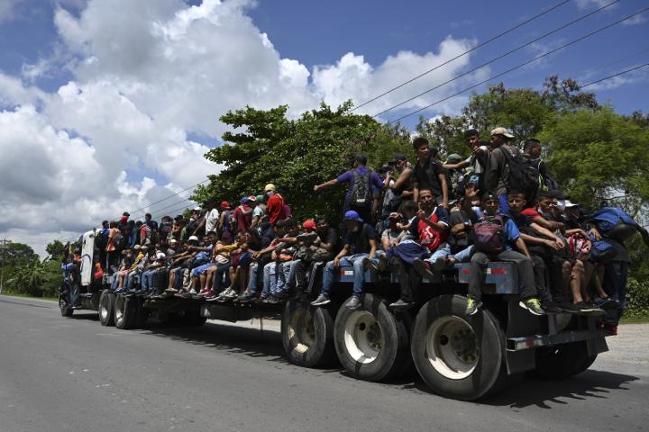 Los inmigrantes aseguran que se van de Honduras por la falta de empleo y la inseguridad. (Foto Prensa Libre: AFP)