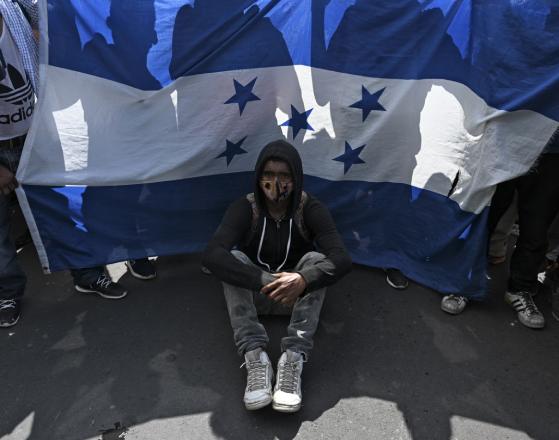 La caravana era encabezada por una bandera azul y blanco de Honduras. (Foto Prensa Libre: AFP)